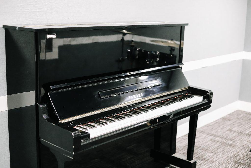 black-yamaha-piano