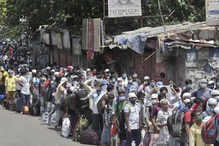migrants waiting in line