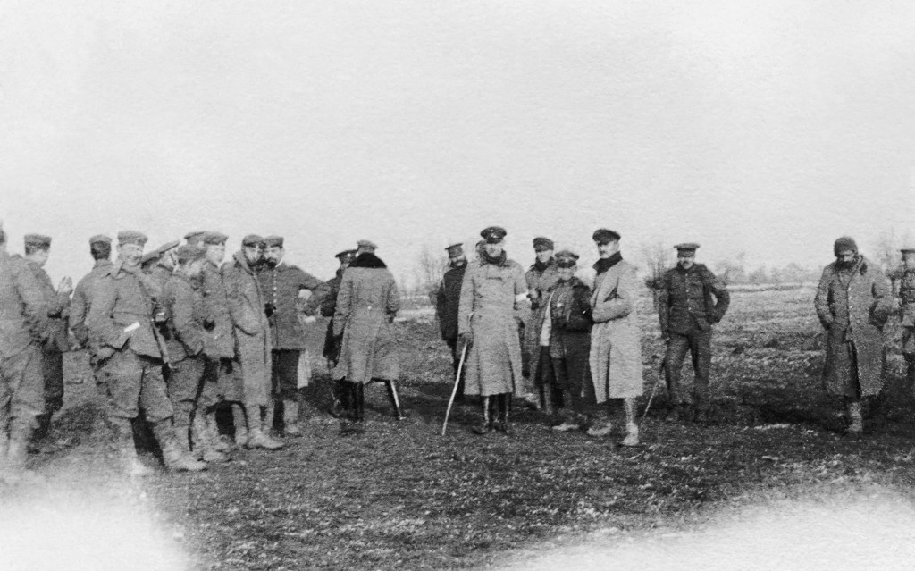© Harold Robson/IWM (Q 50719). British and German troops meeting in No-Man's Land during the unofficial truce. (British troops from the Northumberland Hussars, 7th Division, Bridoux-Rouge Banc Sector).