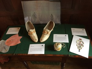 Writing desk with show patterns
