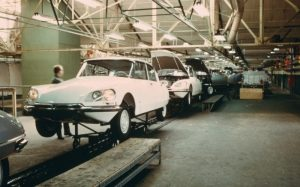 Photograph of a Citroen DS assembly line