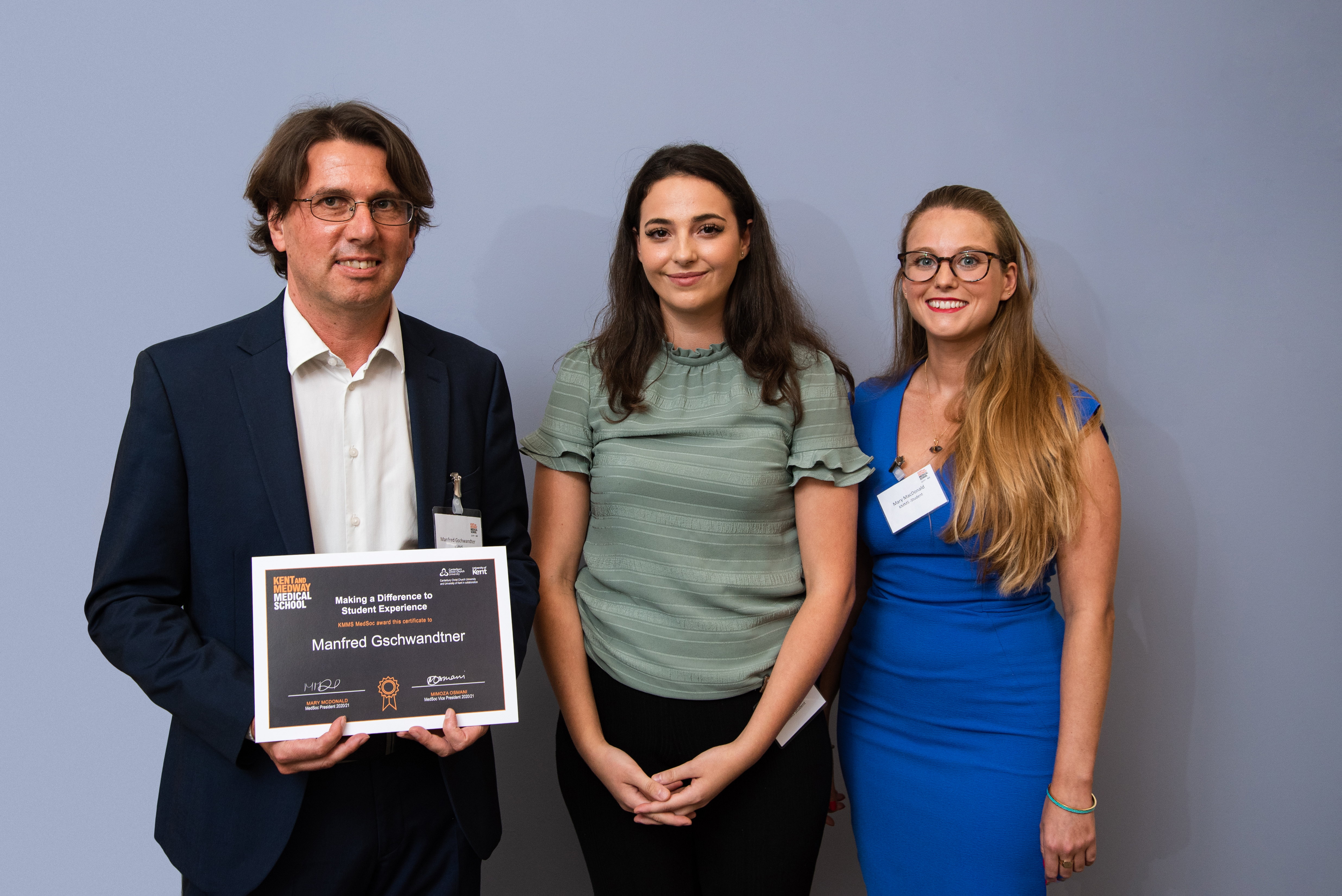Manfred Gschwandtner is presented his award by Mimoza Osmani, Vice-President and Mary McDonald, President, MedSoc.